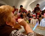 Prezentacija puhanja i ukrašavanja staklenih božićnih kuglica i ukrasa